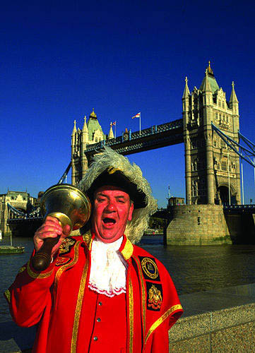 Beefeater und Tower Bridge, London, England