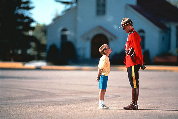 RCMP Officer (Mounty) und Junge am RCMP Training Depot, Kanada